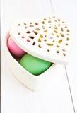 Hjärta formade asken mycket av färgrika påskägg Royaltyfri Foto