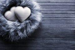 Hjärta-formade choklader i redet, wood bakgrund royaltyfria foton