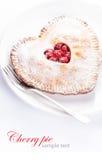 Hjärta formade den körsbärsröda pajen med prövkopiatext på vit Arkivfoto