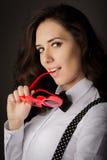 Hjärta-formade exponeringsglas för flicka innehav Royaltyfri Foto