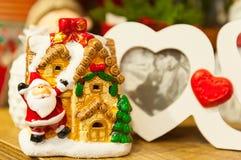 Hjärta formade fotoramen på den wood tabellen mot bakgrunden av julleksaker Royaltyfri Foto