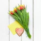 Hjärta formade kaka- och tulpanblommor för valentindag Royaltyfria Foton
