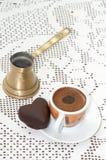 Hjärta formade kakan med koppen kaffe på tabellen royaltyfri fotografi