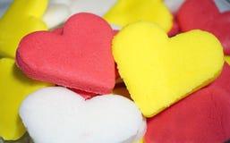 Hjärta formade kakor i tre färger arkivbilder