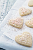 Hjärta-formade kakor med rosa färgsocker Fotografering för Bildbyråer