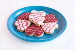 Hjärta formade kakor på blåa plattor Royaltyfri Bild