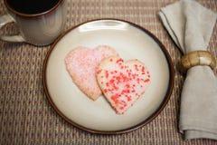 Hjärta-Formade kakor på en plätera Fotografering för Bildbyråer