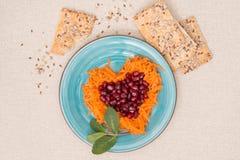Hjärta formade nya sallad och kakor för valentins dag Arkivbilder