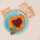 Hjärta formade nya sallad och kakor för valentins dag Royaltyfria Foton