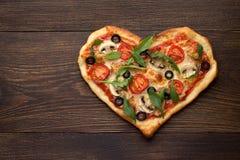 Hjärta formade pizza med höna och champinjoner på mörk trätappningbakgrund Royaltyfri Foto