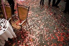 Hjärta formade röda konfettier på jordningen royaltyfri fotografi