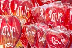 Hjärta formade röda lolipops Arkivfoton