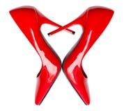 Hjärta formade röda skor för hög häl Arkivfoto