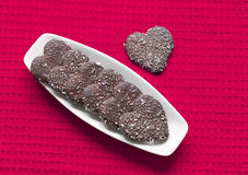 Hjärta formade valentinkakor pläterar på royaltyfria foton