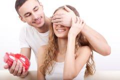 Hjärta-format att ge sig för man boxas för hans flickvän Arkivbilder