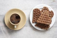 Hjärta format dillandear och kaffe på tabellen royaltyfri bild