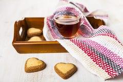 Hjärta-format kakor och te för dag för St-valentin` s Royaltyfri Fotografi