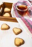 Hjärta-format kakor och te för dag för St-valentin` s Royaltyfria Bilder
