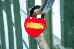 Hjärta-format lås som hänger, förälskelsebegrepp fotografering för bildbyråer