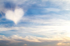 Hjärta format moln i himlen Royaltyfri Bild