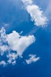 Hjärta-format moln med blå himmel Royaltyfri Bild