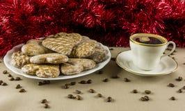 Hjärta-format pepparkaka och vitt kaffe med varmt kaffe royaltyfri bild