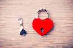 Hjärta format stängt lås royaltyfria foton