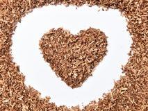 Hjärta-format trä såg damm på smutsig vit bakgrund royaltyfria bilder