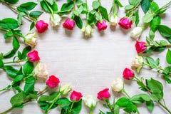 Hjärta från Rose Flowers på den lantliga tabellen för mars 8, internationella kvinnors dag Fotografering för Bildbyråer