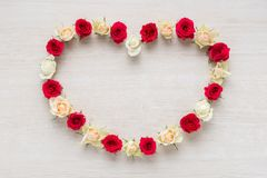 Hjärta från Rose Flowers på den lantliga tabellen för mars 8, internationella kvinnors dag och valentindag Arkivfoton