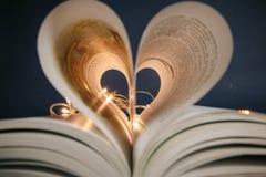 Hjärta från sidorna av det magiska romantiska fotoet för bok Arkivfoton