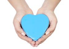 Hjärta gömma i handflatan in Arkivfoto