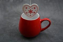 Hjärta i den röda koppen för te Arkivbilder