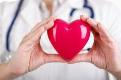 Hjärta i doktors händer Arkivfoto