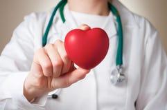 Hjärta i doktors hand Arkivbilder