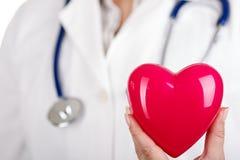 Hjärta i doktors hand Arkivbild