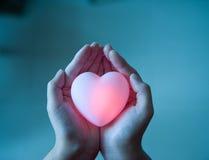Hjärta i händer Arkivbild