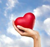Hjärta i hand royaltyfri bild