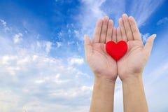 Hjärta i handen Royaltyfri Bild