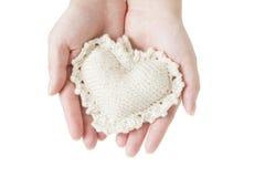 Hjärta i kvinnliga händer Arkivbilder