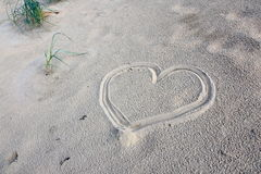 Hjärta i sand arkivbilder