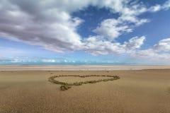 Hjärta i sanden på en strand royaltyfri bild