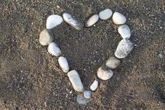 Hjärta i stenar på stranden arkivbilder