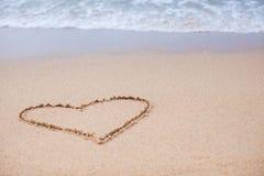 Hjärta målade i sanden på en tropisk strand Arkivfoto