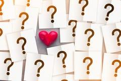 Hjärta med anmärkningspapper med begrepp för förälskelse för insida för frågefläck jpg Arkivbild