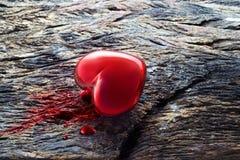 Hjärta och blod på träbakgrund, medicinskt symbolbegrepp royaltyfria foton