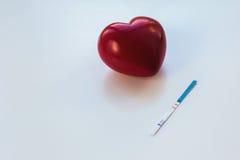 Hjärta och graviditetstest Arkivfoton
