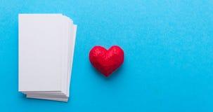Hjärta och kort Dag för förälskelsevalentin` s Fotografering för Bildbyråer