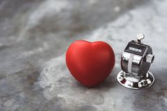 Hjärta- och nedräkningräknare på marmortabellyttersida Läkarundersökning och arkivbild
