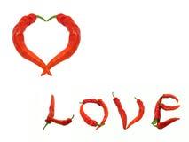 Hjärta- och ordförälskelse komponerade av peppar för den röda chili Arkivfoto